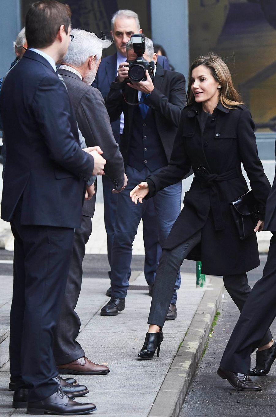 La reine Letizia d'Espagne en noir et gris à Madrid, le 10 janvier 2018