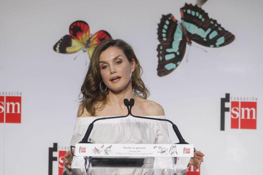 La reine Letizia d'Espagne arbore des boucles d'oreille créoles à Madrid, le 18 avril 2017