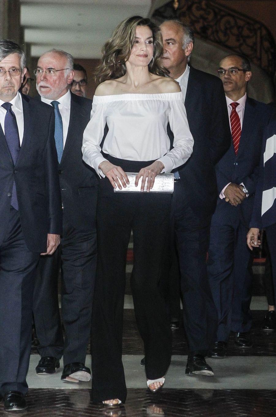 La reine Letizia d'Espagne porte un top Bardot à Madrid, le 18 avril 2017