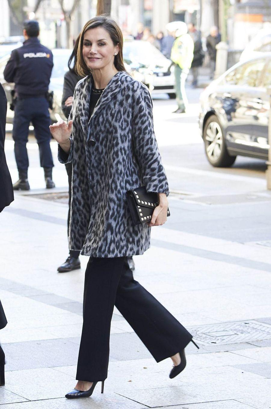 La reine Letizia d'Espagne dans un manteau Hugo Boss à Madrid, le 21 février 2018