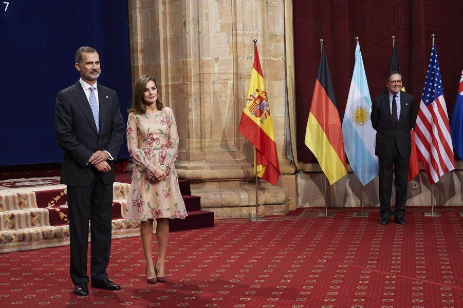 La reine Letizia, en Carolina Herrera, et le roi Felipe VI d'Espagne à Oviedo, le 20 octobre 2017