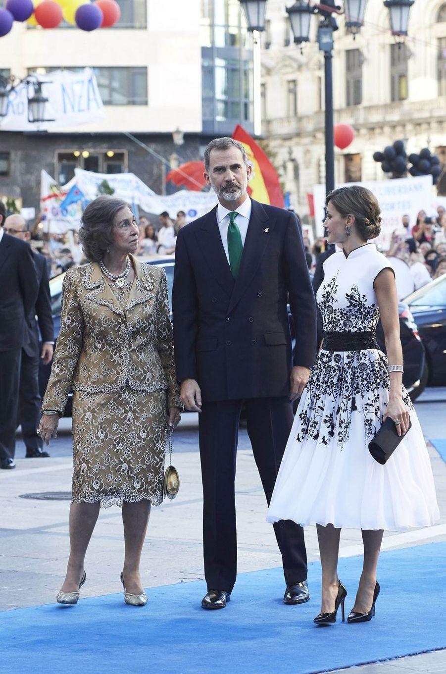 L'ancienne reine Sofia, le roi Felipe VI et la reine Letizia d'Espagne à Oviedo, le 20 octobre 2017
