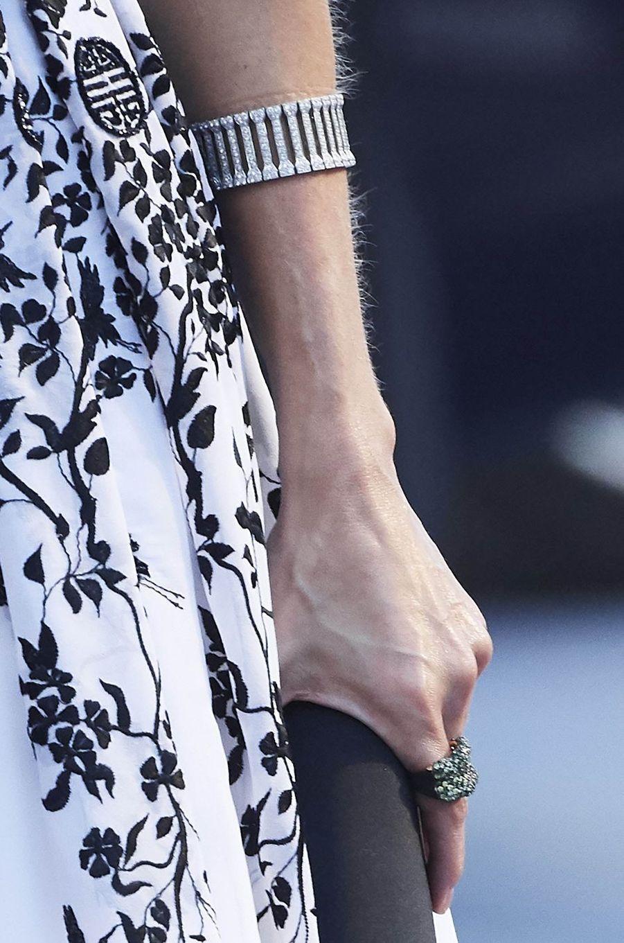 Détail du bracelet et de la bague de la reine Letizia d'Espagne à Oviedo, le 20 octobre 2017