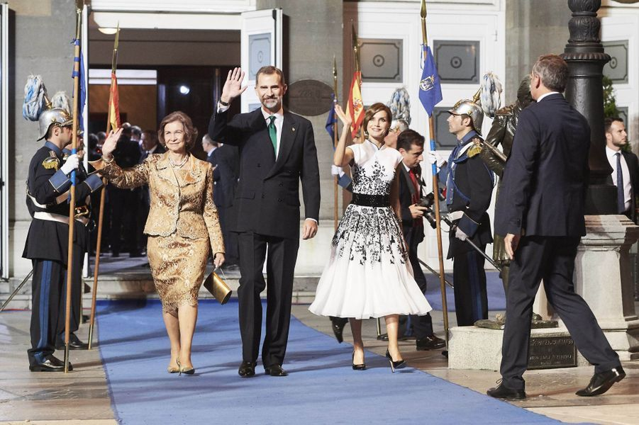 La reine Letizia et le roi Felipe VI d'Espagne avec l'ex-reine Sofia à Oviedo, le 20 octobre 2017