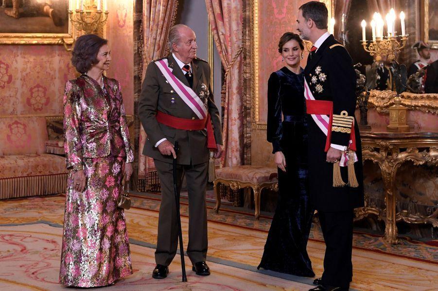 La reine Letizia, le roi Felipe VI, l'ancien roi Juan Carlos et l'ancienne reine Sofia d'Espagne à Madrid, le 6 janvier 2018
