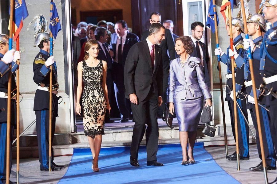 La reine Letizia et le roi Felipe VI d'Espagne, avec l'ancienne reine Sofia, à Oviedo le 21 octobre 2016, sortent du théâtre Campoamor