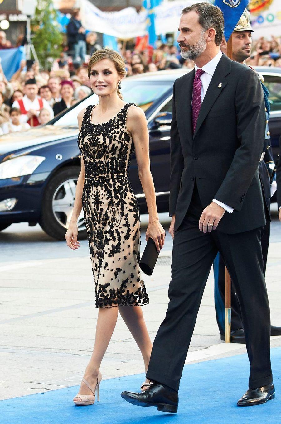 La reine Letizia et le roi Felipe VI d'Espagne à Oviedo, le 21 octobre 2016, se rendent à la remise du prix princesse des Asturies