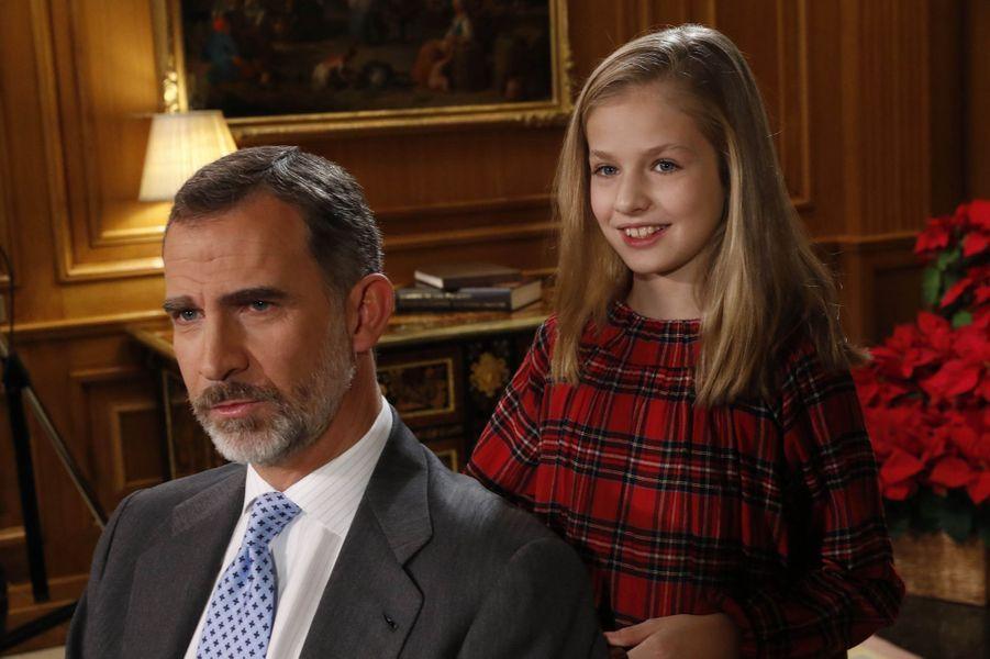 Le roi Felipe VI d'Espagne avec la princesse Leonor, à Madrid le 22 décembre 2017