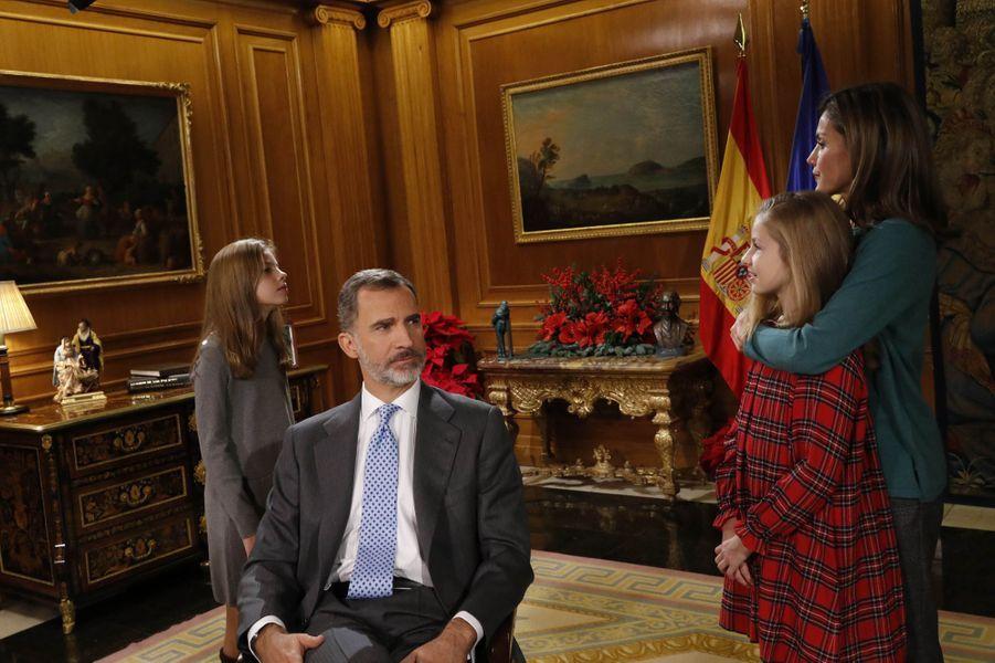 Le roi Felipe VI et la reine Letizia d'Espagne avec les princesses Leonor et Sofia, à Madrid le 22 décembre 2017