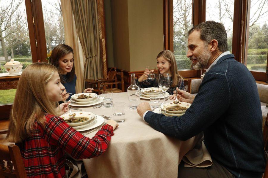 Le roi Felipe VI et la reine Letizia d'Espagne avec leurs filles, à Madrid le 13 janvier 2018