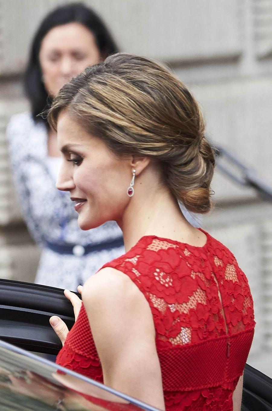 Le chignon et les boucles d'oreille de la reine Letizia d'Espagne à Madrid, le 28 juin 2017