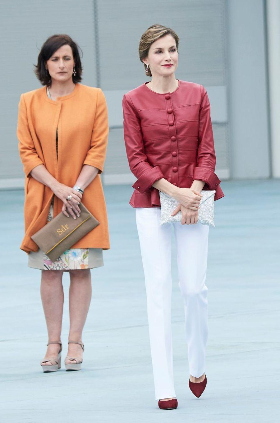 La reine Letizia d'Espagne dans sa veste en cuir Carolina Herrera à Santander, le 23 juin 2017