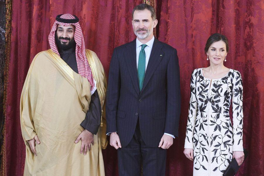 La reine Letizia et le roi Felipe VI d'Espagne avec le prince héritier saoudien Mohammed ben Salmane au Palais royal à Madrid, le 12 avril 2018