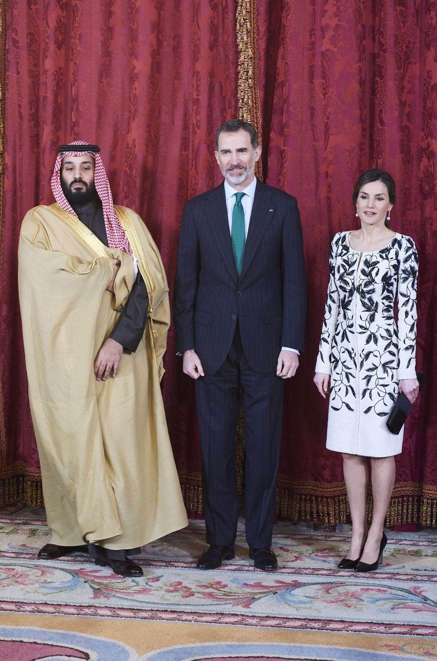 Le roi Felipe VI et la reine Letizia d'Espagne avec le prince héritier saoudien Mohammed ben Salmane à Madrid, le 12 avril 2018