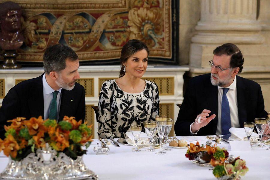 La reine Letizia et le roi Felipe VI d'Espagne avec Mariano Rajoy à Madrid, le 12 avril 2018