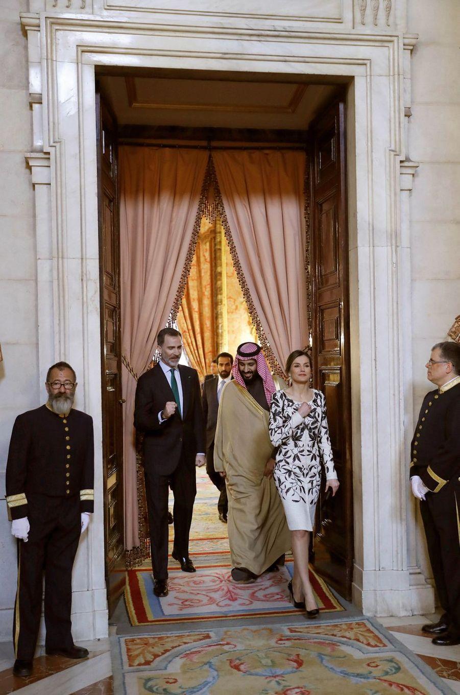 La reine Letizia et le roi Felipe VI d'Espagne avec le prince héritier saoudien Mohammed ben Salmane à Madrid, le 12 avril 2018