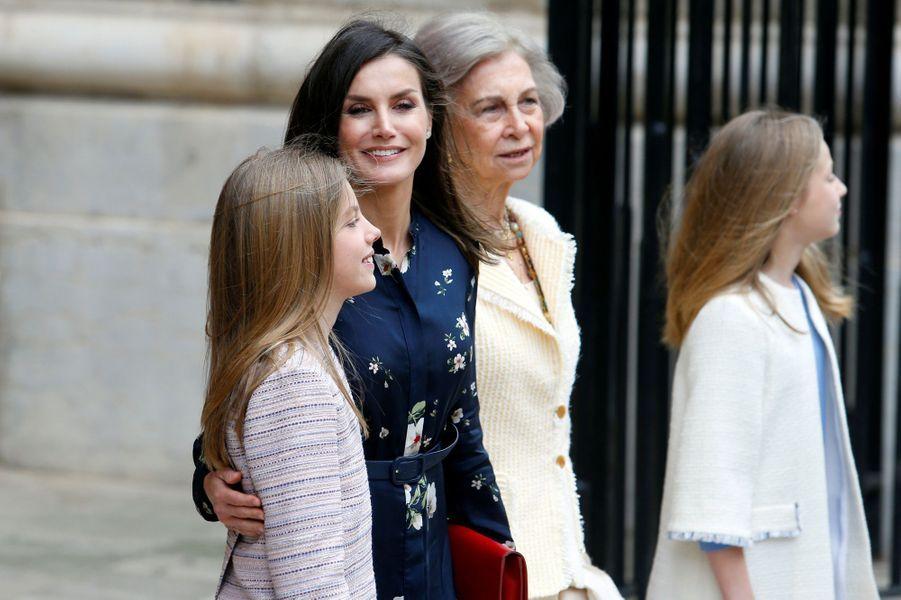 La reine Letizia d'Espagne avec l'ex-reine Sofia et les princesses Leonor et Sofia à Palma de Majorque, le 21 avril 2019