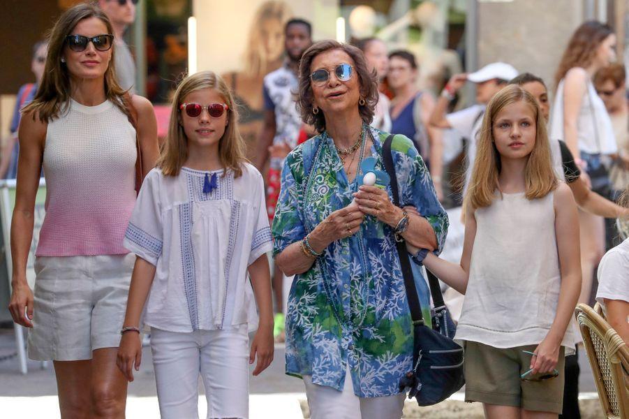 La reine Letizia et l'ex-reine Sofia d'Espagne avec les princesses Leonor et Sofia à Palma de Majorque, le 31 juillet 2018