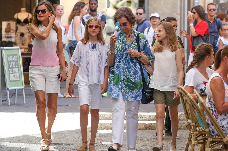 La reine Letizia et l'ex-reine Sofia d'Espagne et les princesses Leonor et Sofia à Palma de Majorque, le 31 juillet 2018