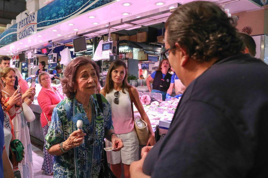 L'ex-reine Sofia d'Espagne avec Bernardo, vendeur de billets de la loterie, à Palma de Majorque le 31 juillet 2018