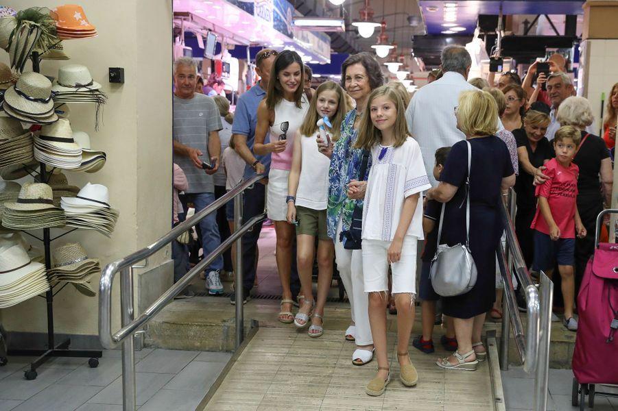 La reine Letizia et l'ex-reine Sofia d'Espagne et les princesses Leonor et Sofia sur un marché à Palma de Majorque, le 31 juillet 2018
