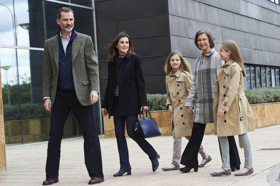 La reine Letizia et le roi Felipe VI d'Espagne avec l'ex-reine Sofia et les princesses Leonor et Sofia à Madrid, le 8 avril 2018