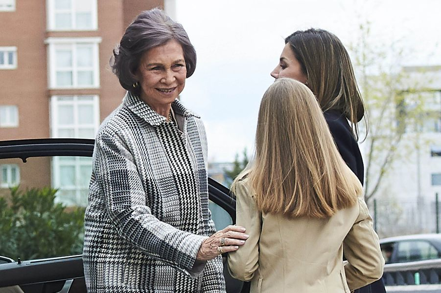 La reine Letizia avec l'une de ses filles et l'ex-reine Sofia à Madrid, le 8 avril 2018