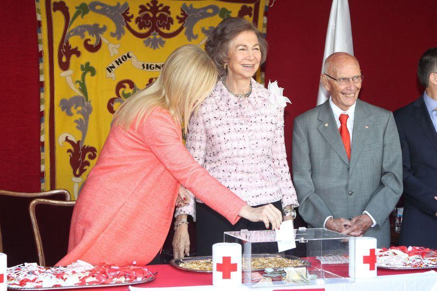 L'ancienne reine Sofia d'Espagne collecte pour la Croix-Rouge à Madrid, le 5 octobre 2016
