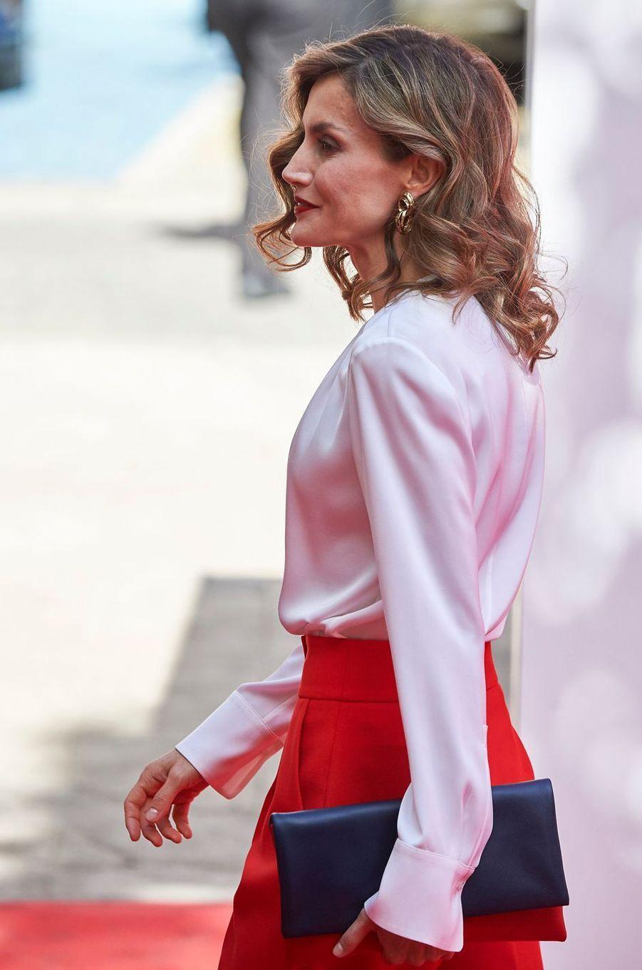 La reine Letizia d'Espagne s'est assortie aux couleurs de la Croix-Rouge à Madrid, le 5 octobre 2016