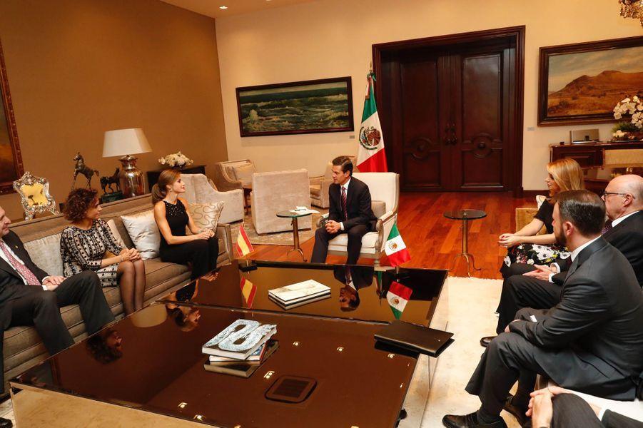 La reine Letizia d'Espagne en réunion avec le président mexicain Enrique Pena Nieto et son épouse Angelica Rivera à Mexico, le 13 novembre 2017