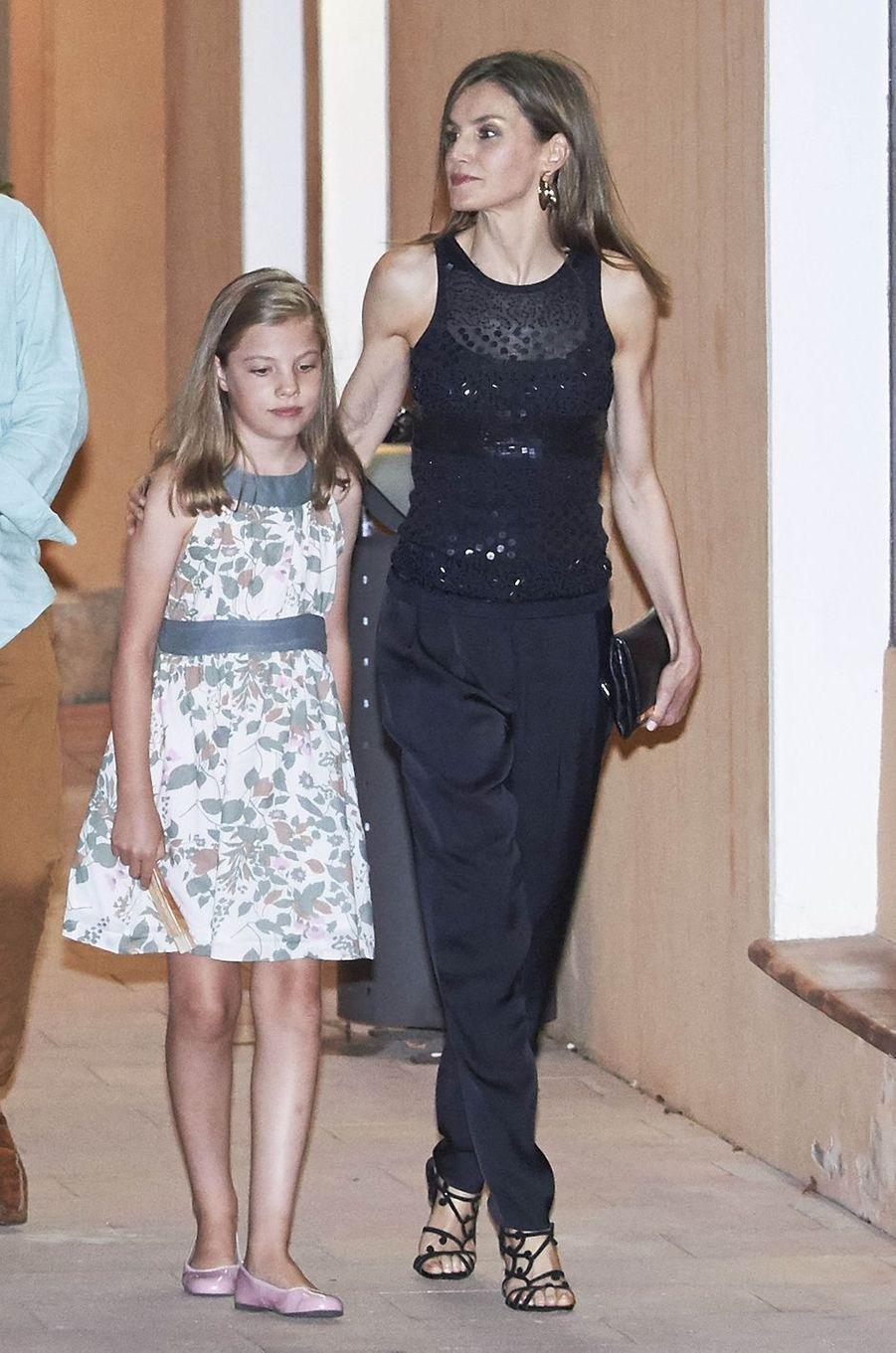 La reine Letizia d'Espagne avec sa fille la princesse Sofia à Majorque, le 31 juillet 2016