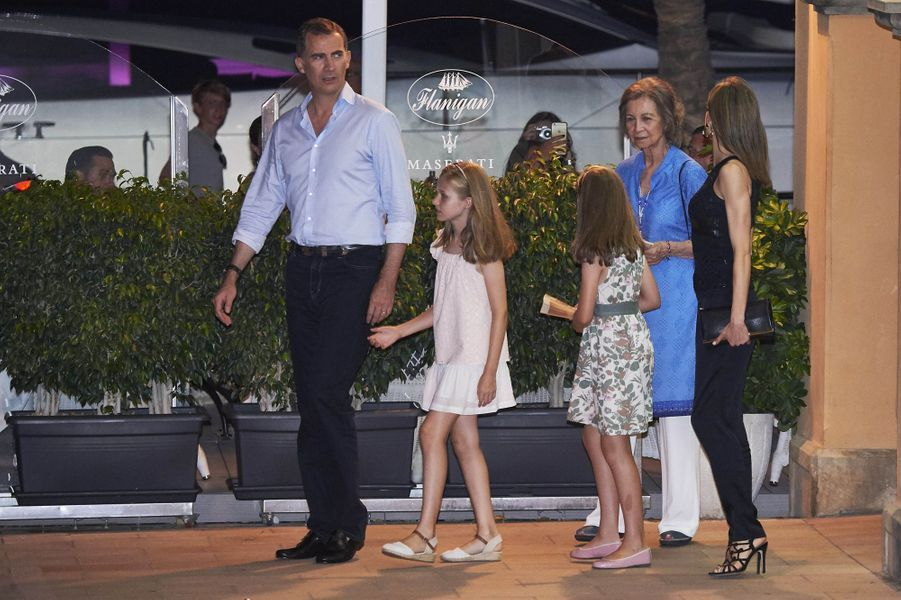 La reine Letizia et le roi Felipe VI d'Espagne avec leurs filles et l'ancienne reine Sofia à Majorque, le 31 juillet 2016