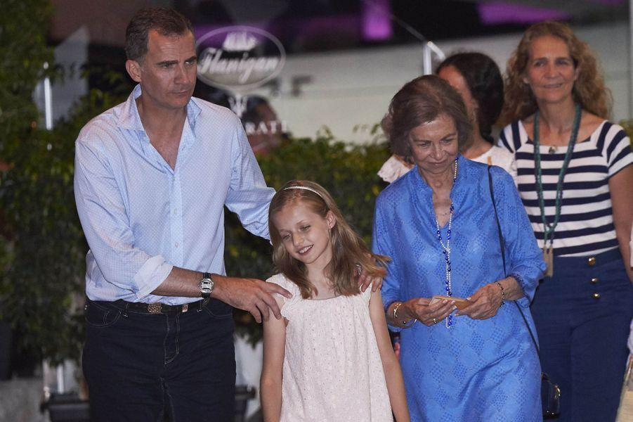 Le roi Felipe VI d'Espagne, l'ancienne reine Sofia et les princesses Leonor et Elena à Majorque, le 31 juillet 2016
