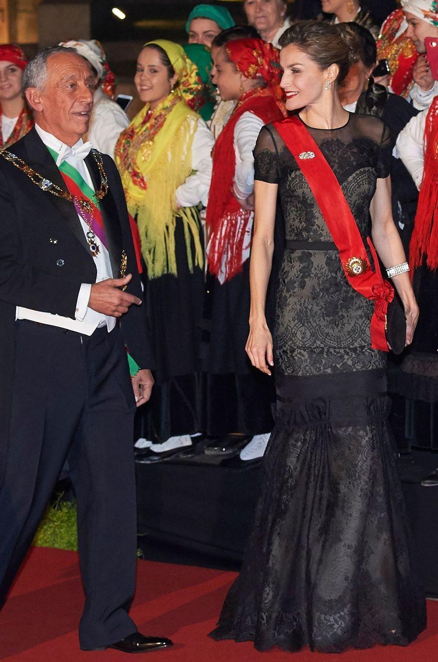 La reine Letizia d'Espagne en Carolina Herrera, le 28 novembre 2016