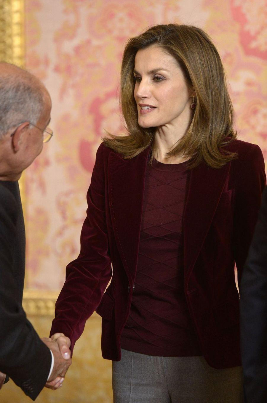 La reine Letizia d'Espagne avec un membre du conseil de la Fondation princesse de Gérone au Palais royal à Madrid, le 14 décembre 2016