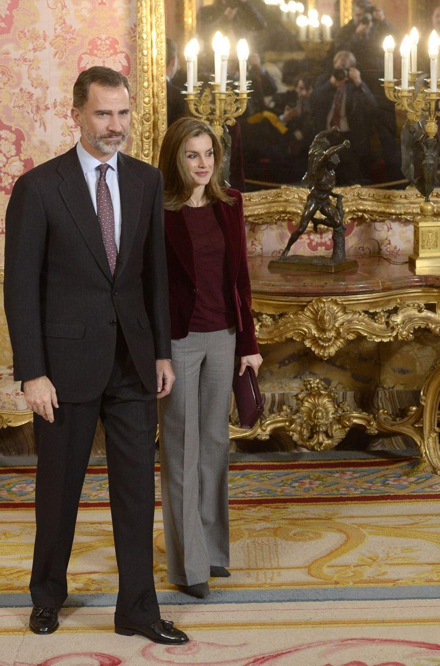 La reine Letizia et le roi Felipe VI d'Espagne reçoivent les membres du conseil de la Fondation princesse de Gérone au Palais royal à Madrid, le 14 décembre 2016