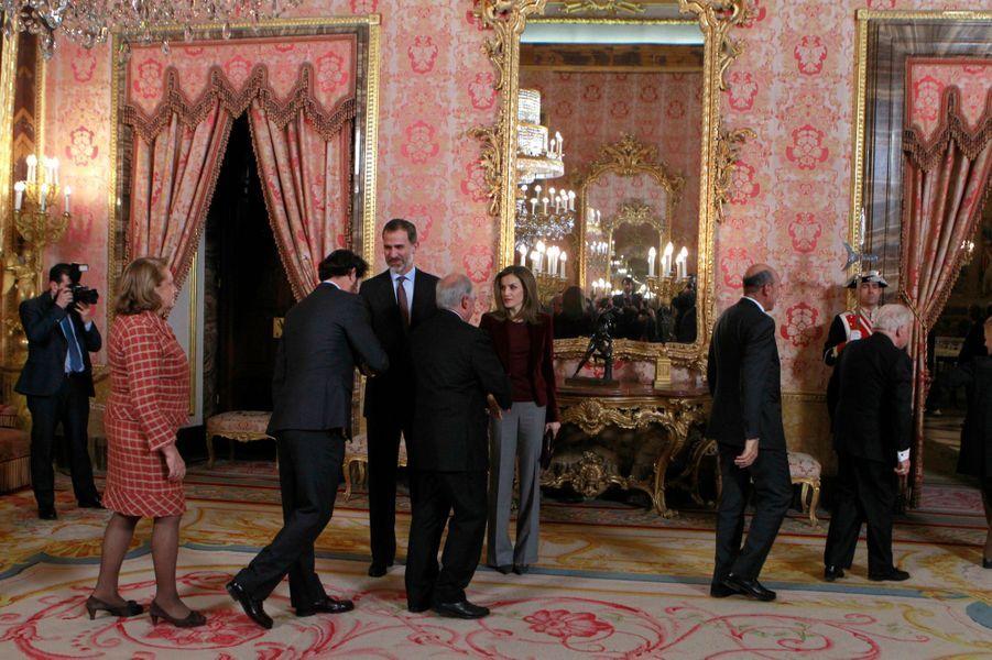 La reine Letizia et le roi Felipe VI d'Espagne reçoivent les membres du conseil de la Fondation princesse de Gérone, à Madrid le 14 décembre 2016