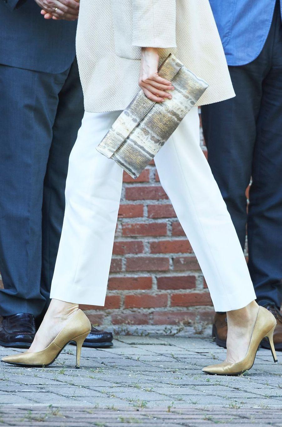 La pochette et les souliers de la reine Letizia d'Espagne à Madrid, le 9 juin 2016