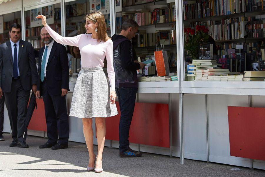 La reine Letizia d'Espagne à la Foire du livre à Madrid, le 27 mai 2016