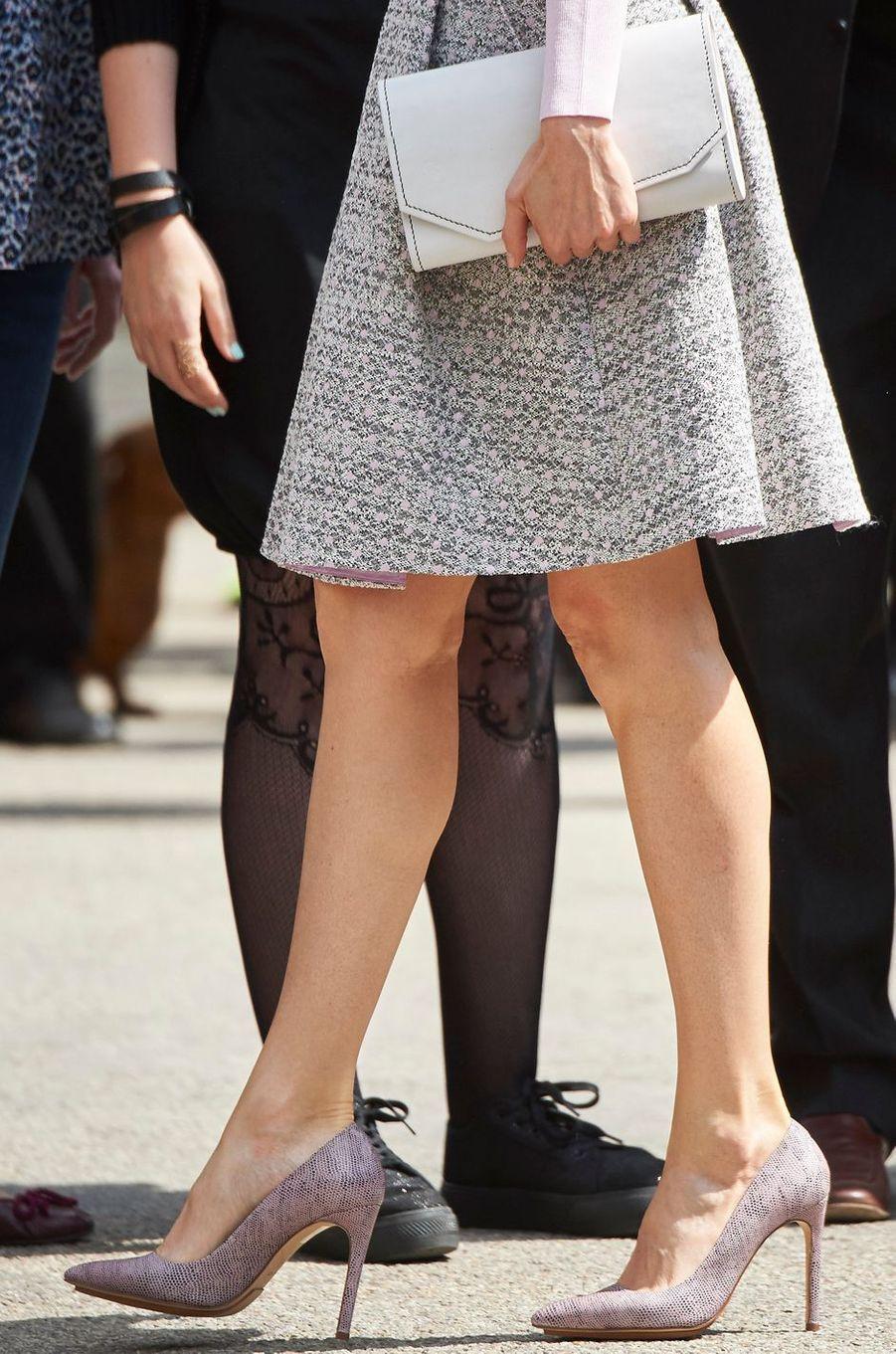 Les chaussures de la reine Letizia d'Espagne à la Foire du livre à Madrid, le 27 mai 2016