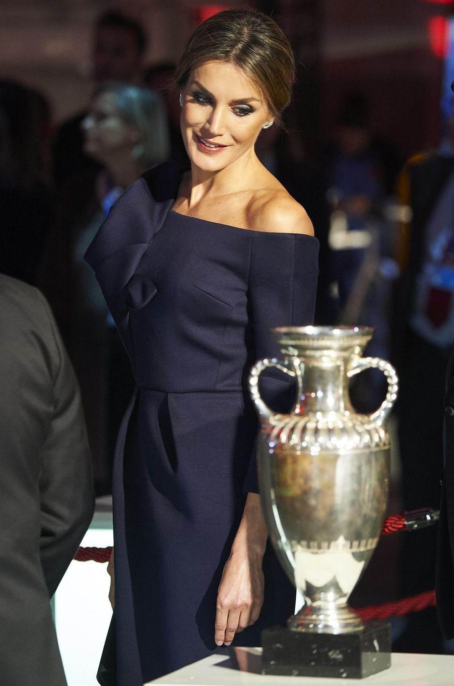 La reine Letizia d'Espagne en Delpozo à Madrid, le 4 décembre 2017