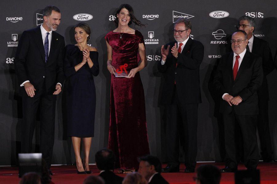 La reine Letizia et le roi Felipe VI d'Espagne avec Mireia Belmonte à Madrid, le 4 décembre 2017