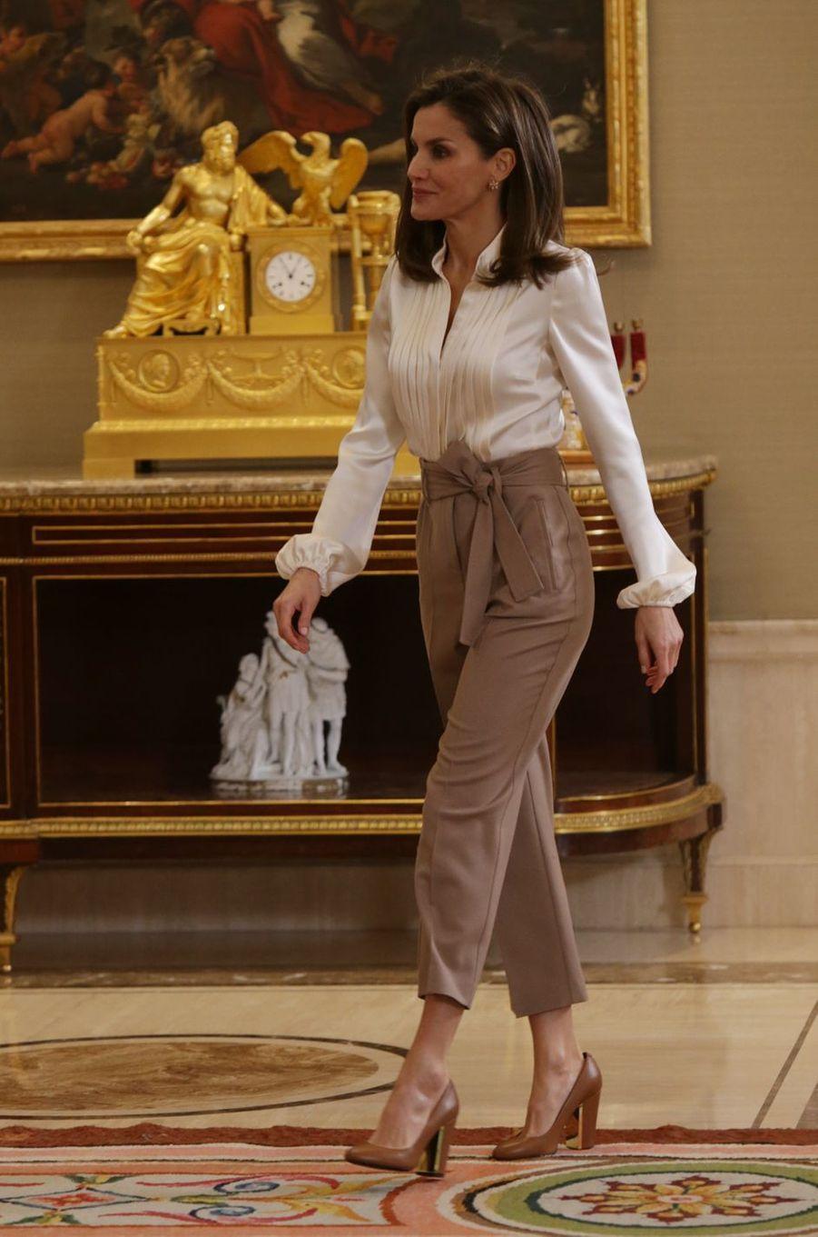 La reine Letizia d'Espagne en blanc et beige à Madrid, le 23 janvier 2018