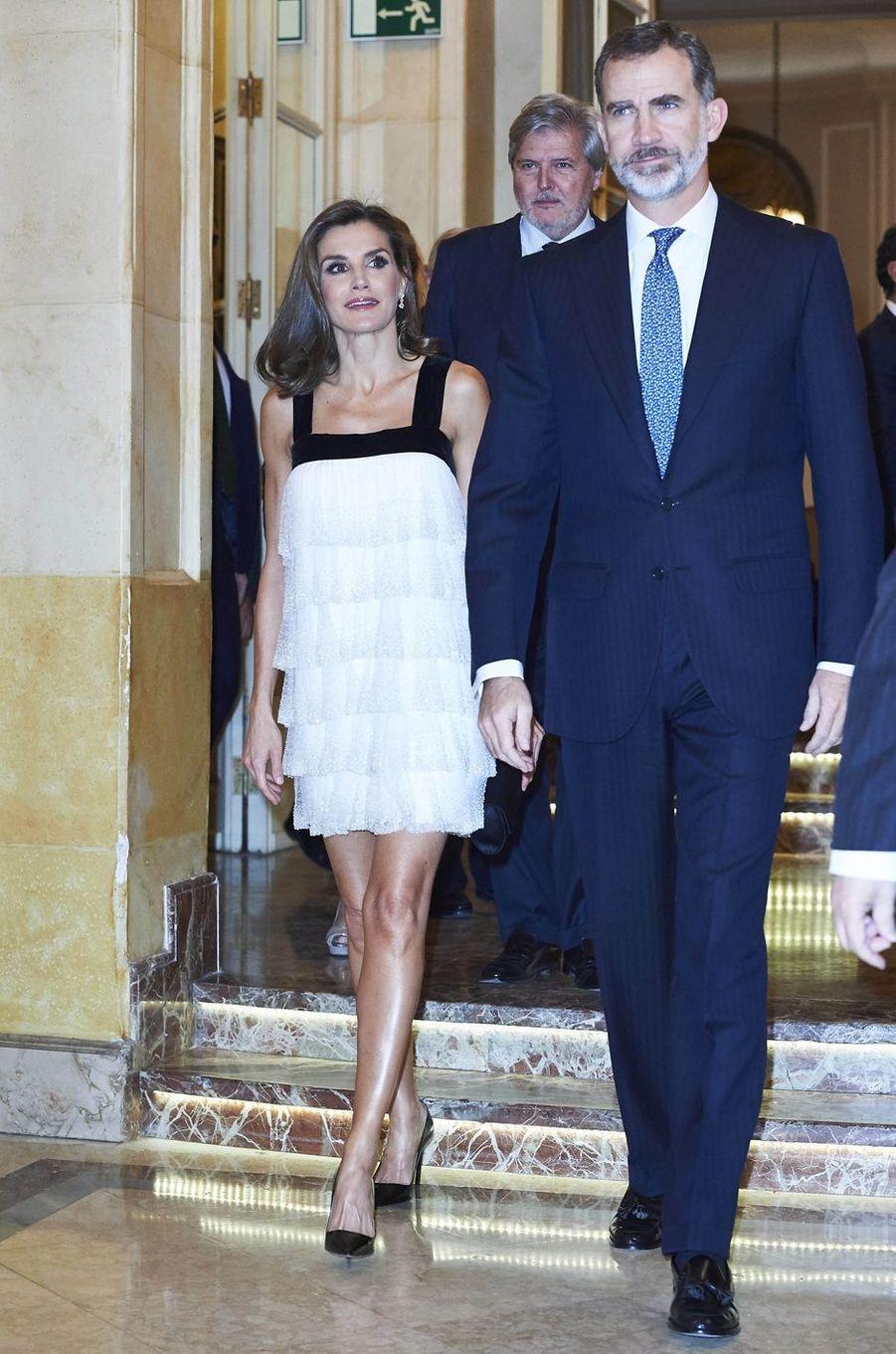 La reine Letizia, dans une mini-robe Charleston, et le roi Felipe VI d'Espagne à Madrid, le 22 novembre 2017