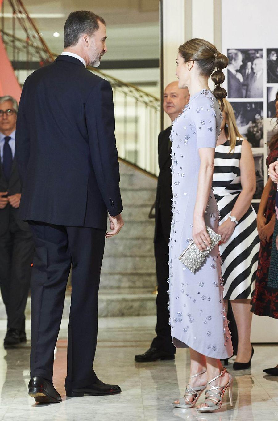 La reine Letizia dans une robe Nina Ricci et le roi Felipe VI d'Espagne à Madrid, le 30 mai 2017
