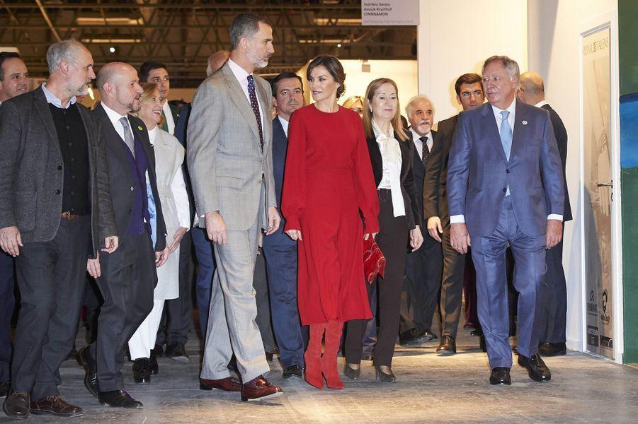 La reine Letizia, en total look rouge, et le roi Felipe VI d'Espagne à Madrid, le 22 février 2018