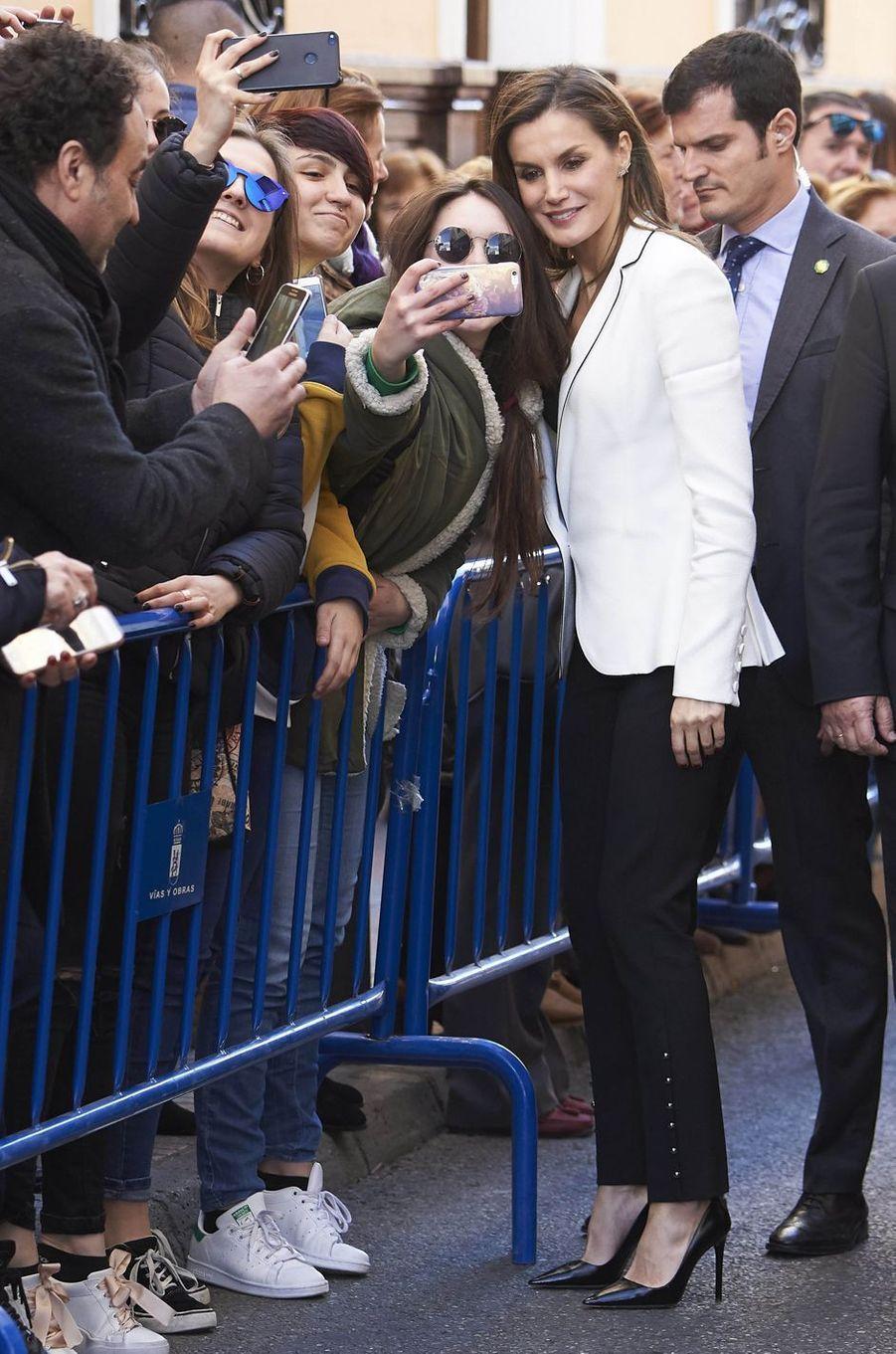 La reine Letizia d'Espagne en look bicolore à Mérida, le 7 février 2018