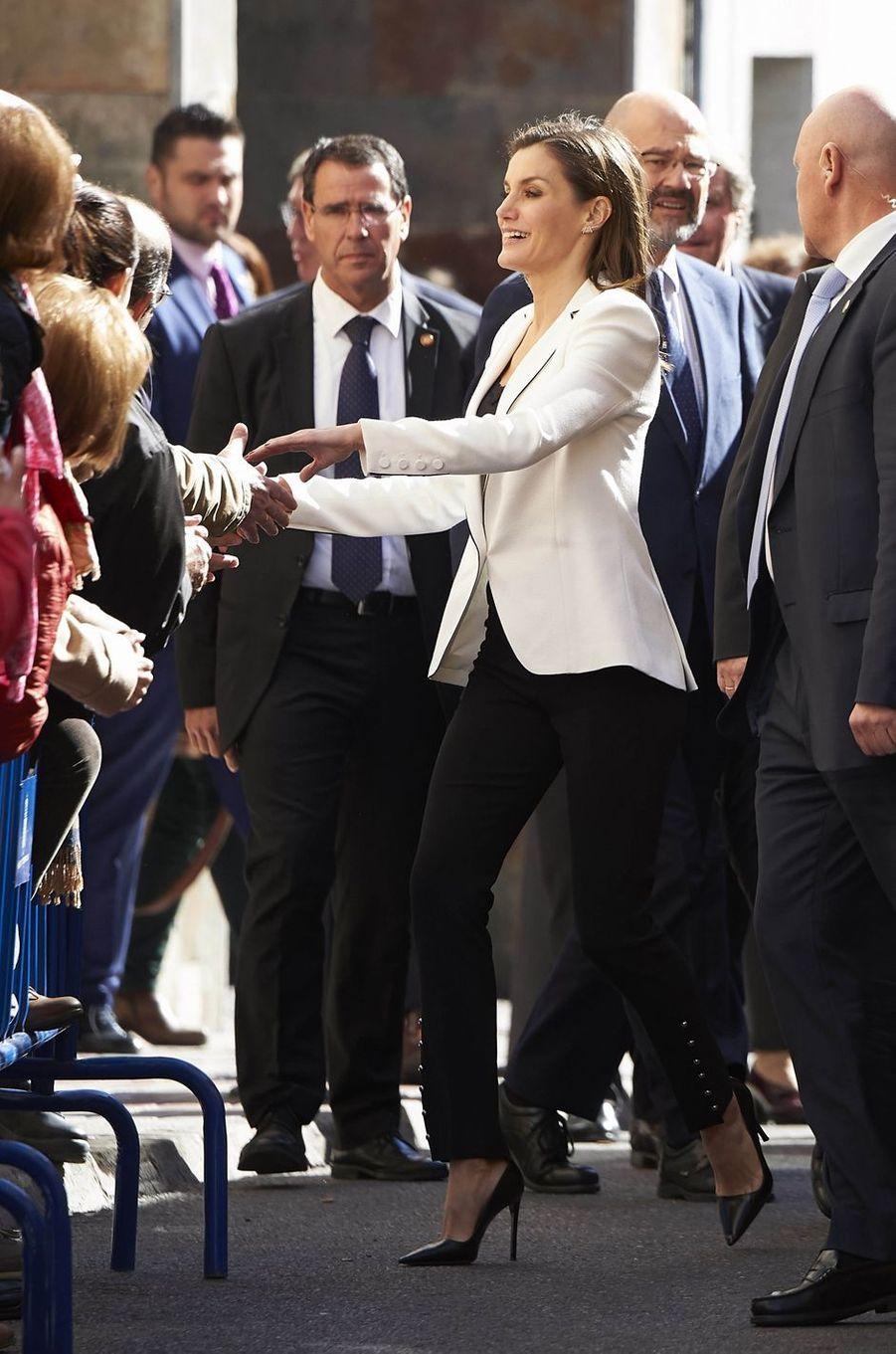 La reine Letizia d'Espagne dans une veste Carolina Herrera à Mérida, le 7 février 2018