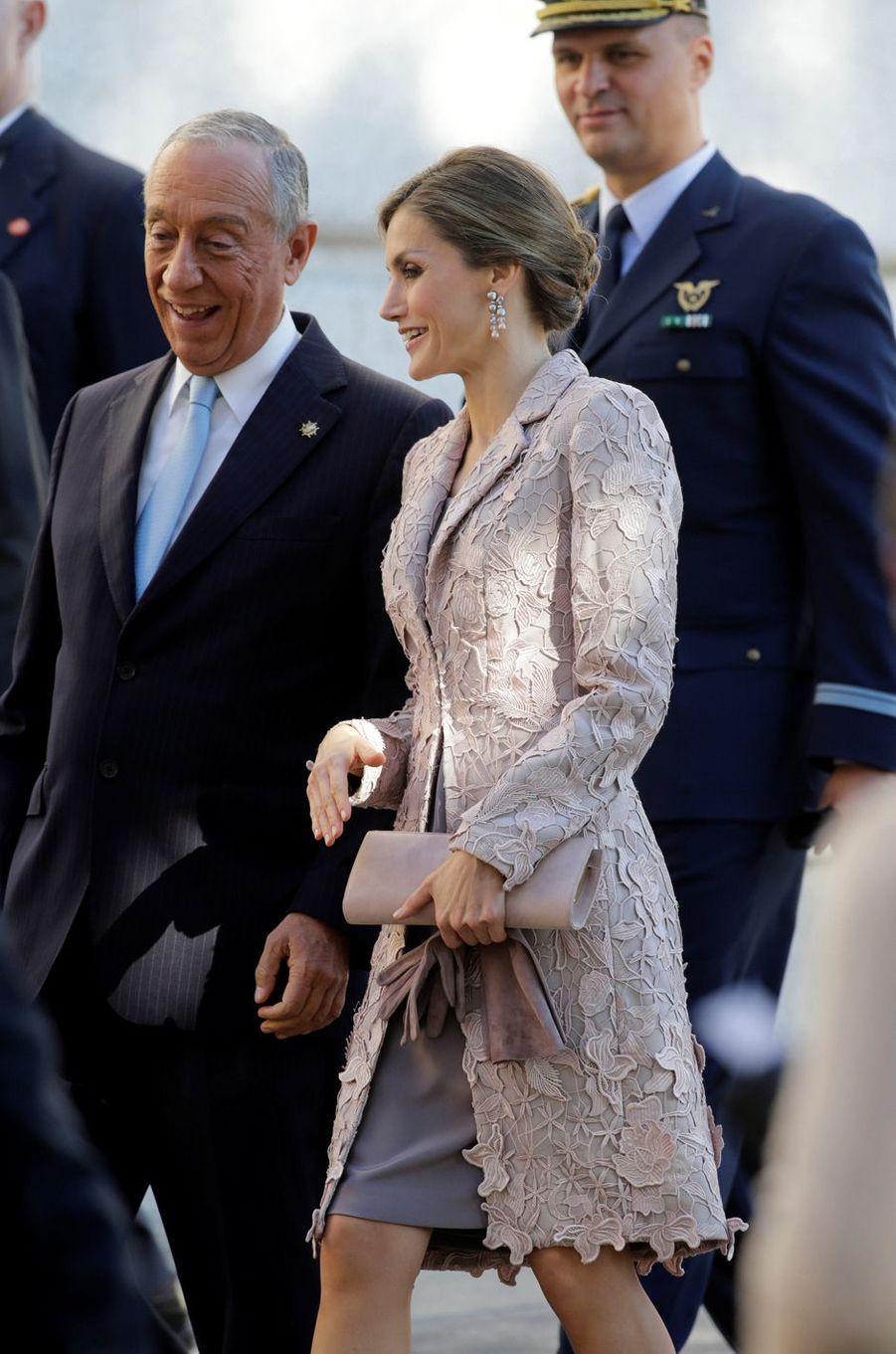 La reine Letizia d'Espagne avec le président portugais Marcelo Rebelo de Sousa à Porto, le 28 novembre 2016