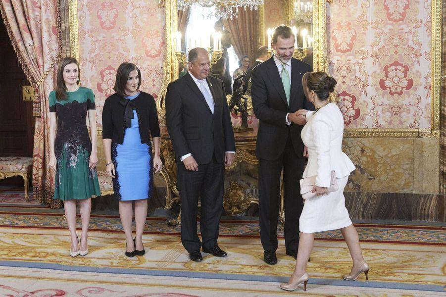 La reine Letizia et le roi Felipe VI d'Espagne avec le couple présidentiel costaricain à Madrid, le 8 mai 2017